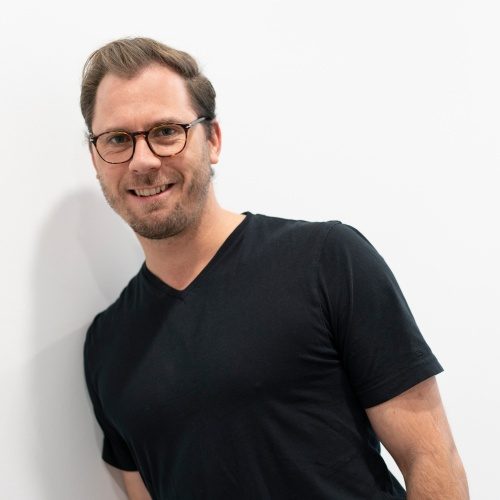 "Tim Rottländer <br /><img src=""https://cmcx.com/wp-content/uploads/2018/11/iq_digital_140.png"" style=""max-width:140px;width:100%;height:auto;margin-top:12px;"">"