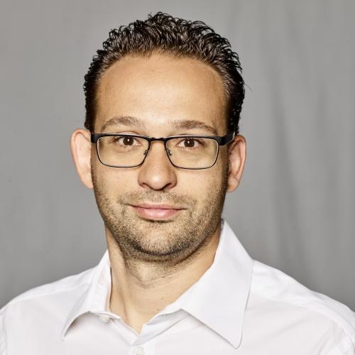 "Tobias Kaufmann<br /><img src=""https://cmcx.com/wp-content/uploads/2019/06/1fckoeln-cmcx.png"" style=""max-width:90px;width:100%;height:auto;margin-top:12px;"">"